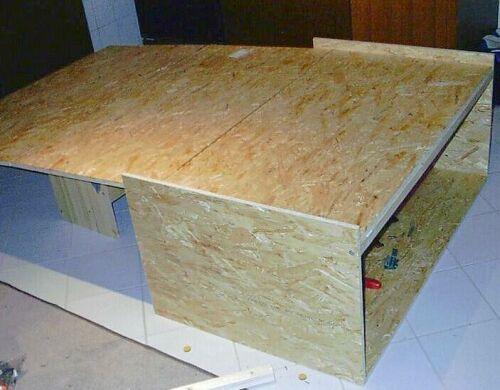 ein bett im espace. Black Bedroom Furniture Sets. Home Design Ideas